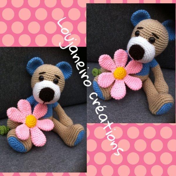 Un ourson avec sa fleur
