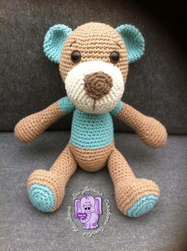 Un ourson bleu et beige au crochet