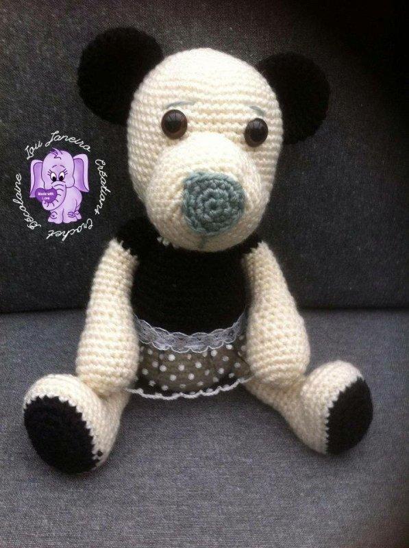 Un ours noir et blanc en dentelle