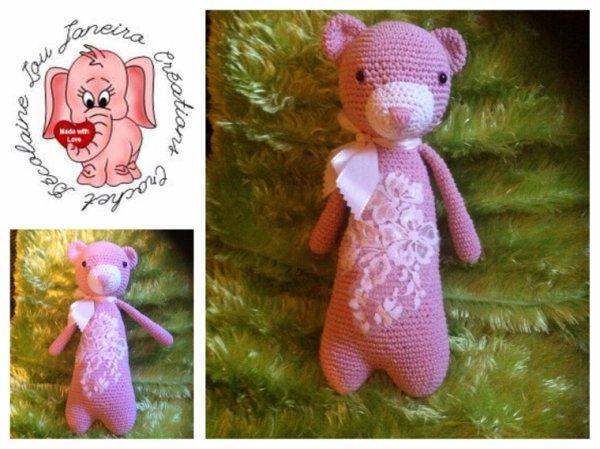 Un ours rose avec dentelle