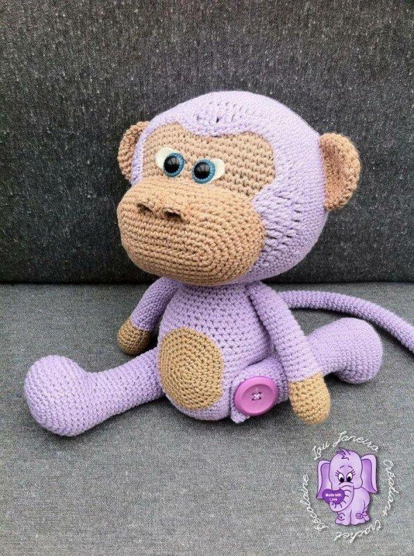 Un singe au crochet parme