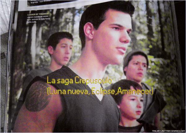 .  Date inconnue  Le beau Taylor Lautner a posé avec deux chanceuses fans.   .
