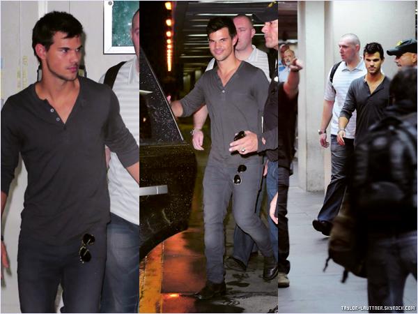 .  23.10.12   Taylor Lautner a été aperçu à LAX en direction du Bresil. Il a rencontré Larry King notamment.   .