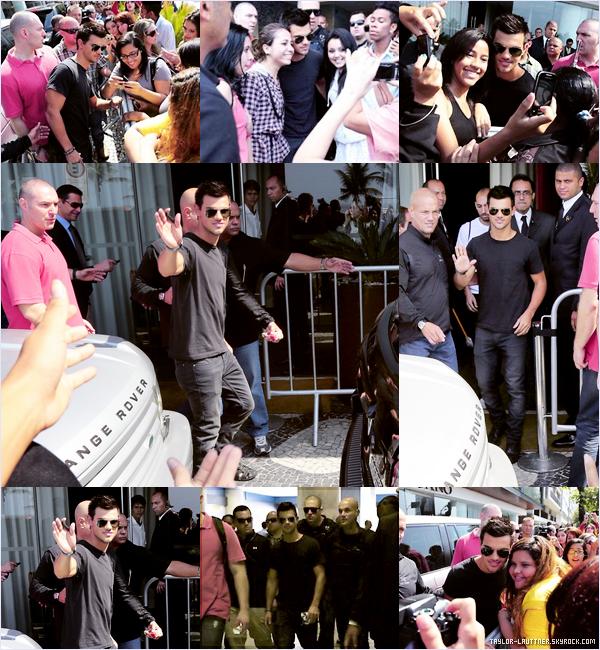 .  24.10.12  Taylor Lautner était au balcon de son hôtel, d'où il a pu saluer ses fans.   .