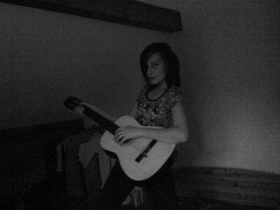 besta qui joue dla guitard et chante =)