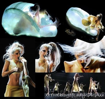 "Lady Gaga qui interprète ""Born This Way"" en live :"