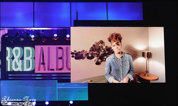 Le 2O Novembre (Hier soir) La cérémonie des « American Music Awards » avait lieu hier soir à Los Angeles où de nombreuses personnalités étaient présentes et ont performé dans une ambiance festive. Bien qu'elle ne fut pas présente à la cérémonie, Rihanna a quand même remporté un trophée, qu'elle a reçu par vidéoconférence, celui de « Meilleur Album Soul/R&B » avec « Loud » sur les trois catégories dans lesquelles elle était nominée. Une belle fin pour l'album « Loud » qui présage à « Talk That Talk » un futur prometteur !