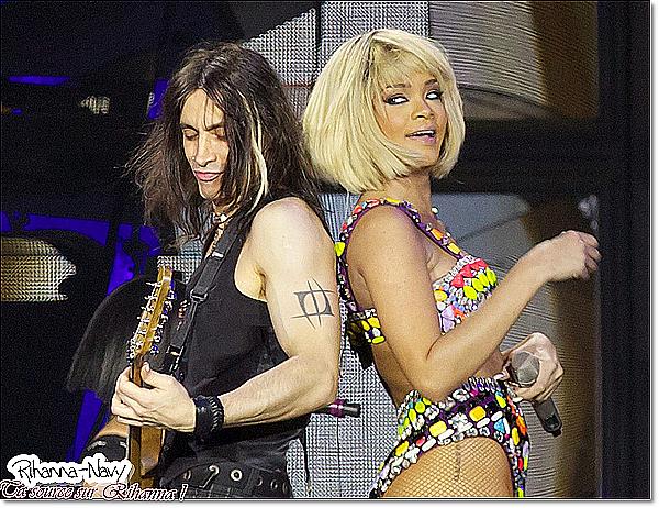 """Loud Tour :Europe  01 Décembre 2011 Concert à Londres, Angleterre, Avec ses cheveux blonds (pérruque) Que ont avait déja remarqué dans son prochain clip """"You da one """" Tu en penses quoi? tu aimes ses cheveux comme sa ?  Perso : Je trouves sa pas trés jolie je la préfere en brune LLLLLLLLLLLLLLLLLLLLLLLLLLLLLLLL"""