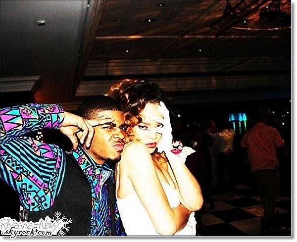 Rihanna fête la fin du Loud Tour avec un bal de promo à Londres19.12.11;« LOUD TOUR PROM NIGHT »  Les Américains ont tendance à fêter toutes les fins de choses importantes: le lycée, l'université… Rihanna n'a pas voulu échapper à la règle, c'est pourquoi hier soir était organisé le « Loud Tour prom night », qui se traduit par le « bal de promo de fin du Loud Tour ». Les premières photos sont disponibles dans la galerie et on peut y voir une Rihanna dans un style très 80′s.
