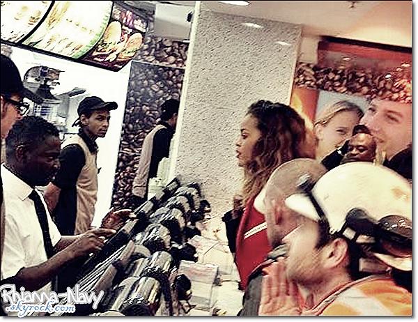 23.12.11 Rihanna s'est rendue au McDonald's après son concert à Londres, Bizzare les gens ne réagissent pas x)