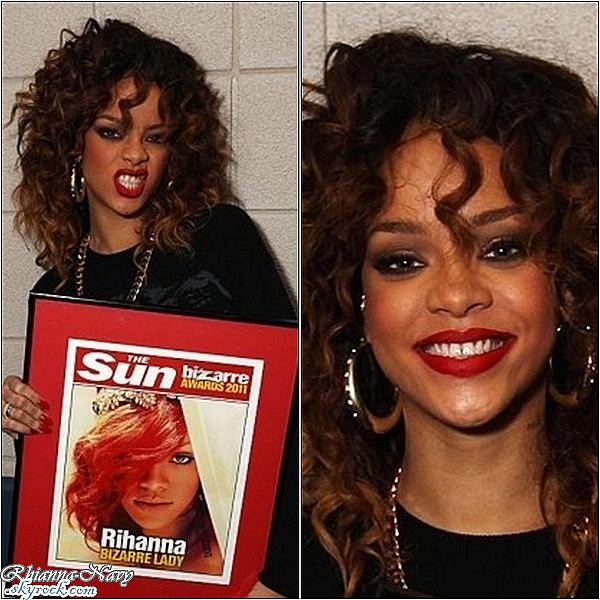 """**Fin décembre Rihanna pose avec le prix descerné par """"The Sun"""" à Londres"""