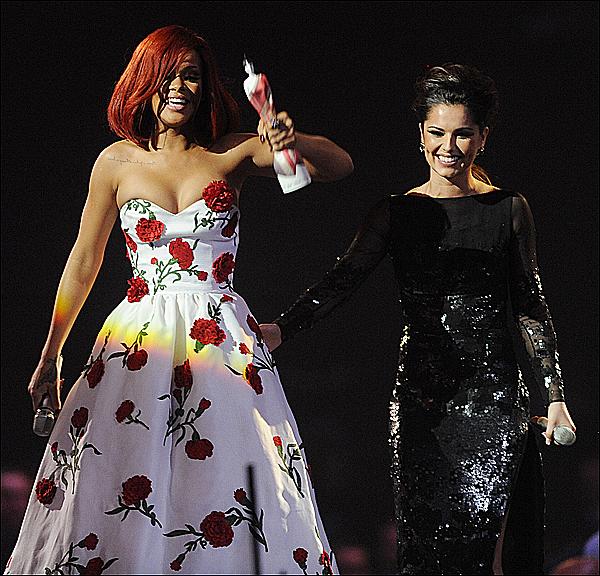 Rihanna- l'obsession de Cheryl Cole  Cheryl Cole n'a jamais caché avoir un petit faible pour Rihanna. Elle le confirmait d'ailleurs en février dernier après l'avoir rencontrée lors de la soirée des « Brit Awards ». «Elle est super, je pense qu'elle est la plus belle femme que j'aie jamais vu », disait elle, précisant que le corps de Rihanna était tellement harmonieux qu'il frôlait la perfection. Si la chanteuse anglaise est obsédée par le corps de la bombe barbadienne, elle l'est également de sa voix. Elle lui aurait d'ailleurs proposé de chanter avec elle en duo, pour les besoins d'un single qui devrait faire partie du troisième opus de l'anglaise prévue dans les bacs en mars. Cheryl Cole «s'est liée d'amitié avec Rihanna, qui a récemment chanté en duo avec la star britannique Calvin Harris», confie cette source, précisant que les deux femmes devraient collaborer ensemble lors du prochain passage de Rihanna à Londres.Chéryl & la belle rihanna , sa le fais d'aprés toi ?