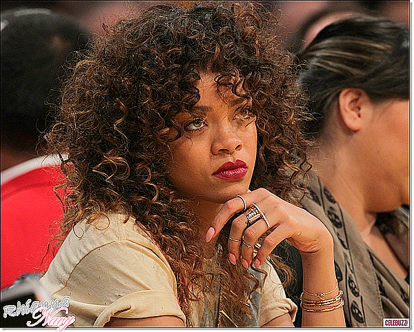 """Parmi les stars les plus accros à Twitter, on peut citer le nom de la chanteuse Rihanna qui ne se prive pas de partager à ses fans les moindres détails de sa vie quotidienne. Le célèbre réseau social est également un moyen pour l'interprète de We Found Love de faire parler d'elle, comme ce fut le cas lorsqu'elle avait osé insulter l'une de ses fans, un mauvais comportement qui a biensûr fait la polémique. Rihanna vient d'ailleurs de faire à nouveau des siennes sur Twitter en postant un message surprenant destiné... au diable. Dans la matinée du 1er février dernier, la petite princesse du R'n'B a en effet écrit su son compte un tweet du type : """"FUCK U SATAN !!! Fuck right off !"""" (traduit """"Va te faire f*** Satan !"""").  Les fans se posent alors de nombreuses questions sur ce qui aurait pu pousser leur idole à écrire un tel message ; certains pensent qu'elle se serait levée du mauvais pied après un cauchemar tandis que d'autres croient qu'elle fait allusion à l'un de ses ex-boyfriend.  Quoi qu'il en soit, Rihanna devient de plus en plus inquiétante ces derniers temps par ses tweets étranges, voire même vulgaires. Tu en penses quoi ?"""