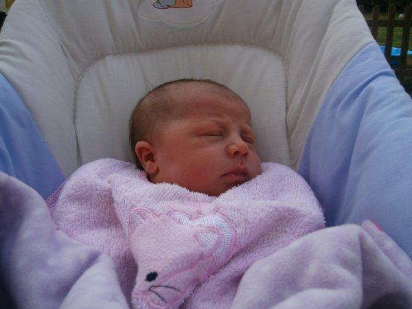 slt a tous les amis , je vous present ma fille lucy qui a 15 jours aujourd hui .