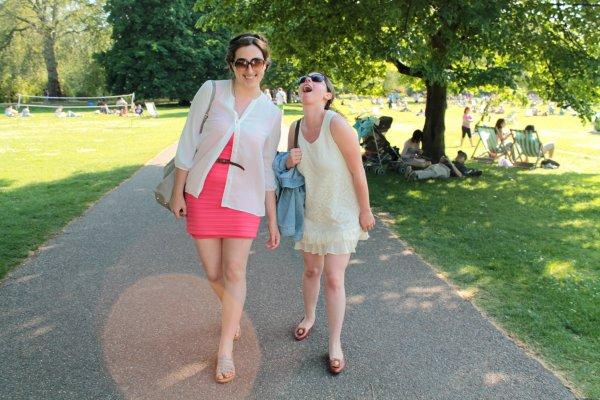 The Summer is here.   _________________________________________________________________________________________________________ Petit article photo de mon weekend. Il fait chaud à Londres, autour de 28degrésje crois, donc j'en ai profité pour aller bronzer un peu à Primrose Hill et St James Park. ENFIN on peut sortir les robes et mini shorts.Çasent l'été ! A part ça j'ai réservé mes tickets pour les studios Harry Potter le 24 Juin. J'ai aussi pris mon billet d'avion allé simple pour Toulouse. Retour en France le 2aoûtdonc. J'ai payé une fortune car je repars avec 3 valises de plus de 23 kilos ( j'ai vu large, je me connais, je vais encore faire dushoppingd'ici aout.)  _________________________________________________________________________________________________________ Le weekend prochain c'est le Diamond Jubilee donc dimanche j'essayerais d'aller voir la famille royale défiler sur la Tamise. Le lundi soir il y a le concert du Jubilee à Buckingham avec Kylie Minogue, Jessie J, Elton John, Robbie Williams, etc... Malheureusement j'ai pas eu de tickets donc je ne pense pas y aller. De toute façon j'ai prévu d'aller visiter avec mes hosts le chateau des Boleyn ( Tudors ! ) donc je n'aurais pas le temps. Voilà pour les nouvelles, profotez bien du soleil si vous en avez !  _________________________________________________________________________________________________________