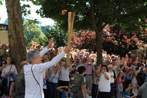 """_________________________________________________________________________________________________________    THREE DAYS WITH THE KIDS. Olympic torch, Ambassy and Wicked. _________________________________________________________________________________________________________ Bonjour Bonjour ! Je sais que je vous le rabâche sans cesse mais en ce moment je suis pas mal débordée donc je n'ai pas le temps de répondre aux messages et commentaires même si je lis toujours tout. BREF, je viens parler de ma """"semaine"""" avec les enfants. Déjà petite précision, ici il fait 30 degrés, ça fait un sacré changement de température donc je suis complètement déphasée et épuisée par la chaleur, ça me facilite pas la vie ! Donc Lundi j'ai emmené les enfants à croydon pour voir le passage de la flamme olympique comme vous pouvez le voir sur la photo. Assez chiant pour dire vrai. Je ne supporte pas les gens, voilà c'est dit. L'après-midi je les ai laissé se baigner dans la piscine, je peux vous dire qu'il a falu que j'en étale de la crème solaire indice 50 ! Mardi je les ai emmené avec moi à l'ambassade chercher mon passeport ! OUI, enfin je l'ai ! Quel soulagement ! Puis ensuite on est allé visité le Musée d'histoire naturelle ou j'avais déjà été et eux aussi d'ailleurs, donc pas de grande surprise.  _________________________________________________________________________________________________________La chaleur a fait qu'ils étaient insupportable toute la journée. J'avais envie de les abandonné quelque part et ne plus jamais revenir. Soit, je ne l'ai pas fait. Et mercredi ma host nous a payé les tickets pour aller voir la comédie musicale WICKED, une des plus célèbre à Broadway et dans le West end à Londres. C'était juste génial !Impressionnant! Petite video a voir sur cette page si ça vous intéresse. Si vous avez l'occasion d'aller à New York ou Londres, c'est quelque chose à voir ! Voilà donc ce weekend sera mon dernier à Londres. Je vais dans le Sommerset camper avec mes hosts mais """