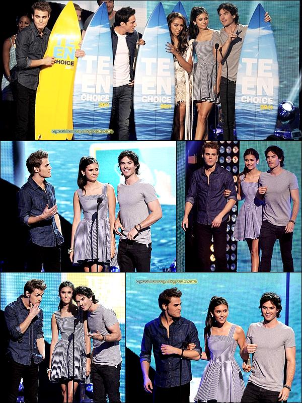 7 Aout 2011Le CAST de TVD était au Teen Choice Award! J'aime, j'aime, j'aaaaime la tenue de Paul, ça C-H-A-N-G-E !J'aimerai qu'on m'explique pourquoi Paul ne gagne J.A.M.A.I.S  R.I.E.N ! C'est pas juste :-# Il est si pourri que ça comme acteur ? :(