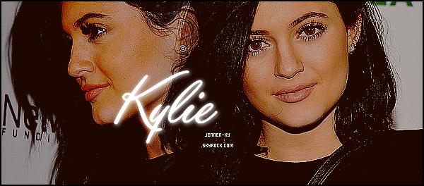 Bienvenue sur Jenner-Ky, votre nouvelle source sur la belle Kylie Jenner! Découvrez l'activité quotidienne de miss Jenner a travers des candids, des photoshoots, des apparations publiques et diverses autres.