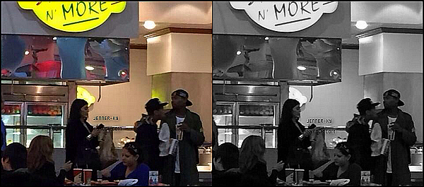 *1/01/15 - Kylie a été aperçue par des fans en compagnie de Tyga mangeant dehors à Las Vegas. Il n'y a qu'un seul cliché disponible donc difficile d'aperçevoir la tenue de Kylie mais on peut voir qu'elle est vêtue de noir.*
