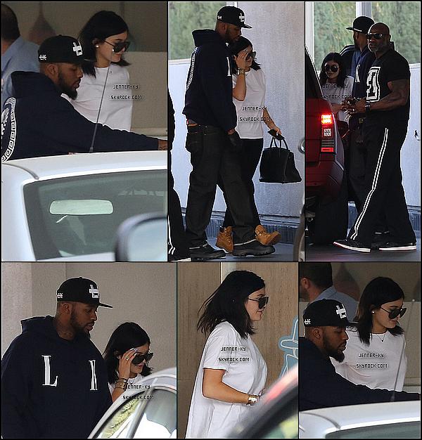 *8/01/15 - Kylie s'est rendue a The Standard dans West Hollywood. Kylie porte une tenue assez simple sur ces clichés, mais j'ai un coup de coeur pour les Timberland qui embelissent la tenue. Des avis ? *