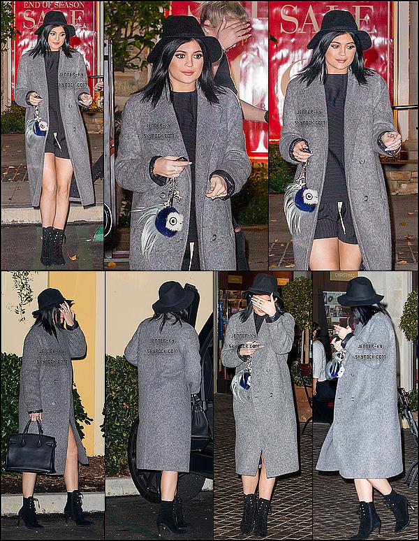 *10/01/15 - Kylie a quitté le Rite Aid dans Calabasas. Kylie portait un jogging et un pull gris. Pas top... Des avis ? *