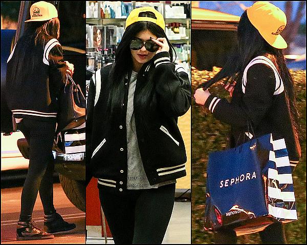 *18/01/15 - Kylie a quitté le Johnny Rocket dans Calabasas, puis a été vue a Sephora toujours à Calabasas. Kylie était vêtue d'un legging noir et d'un tee-shirt gris. Je trouve que la tenue passe, malgré sa simplicité. Des avis ? *