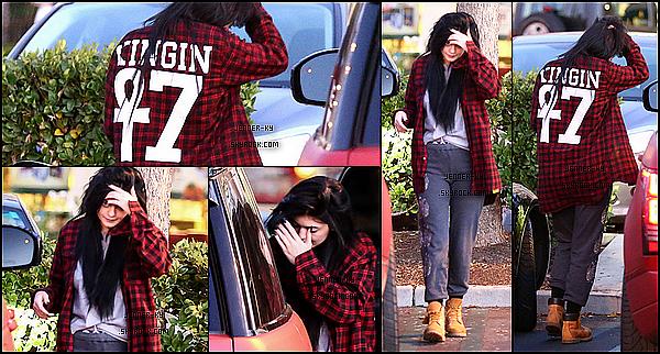 *21/01/15 - Kylie se promenait dans Calabasas Commons. Kylie était vêtue d'un jogging, de Timberland et d'un chemise Last King. Je n'aime pas la tenue, mais j'ai un coup de coeur pour la chemise. Des avis ? *