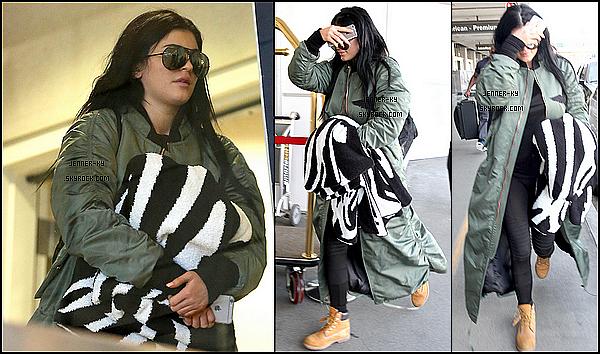 *11/02/15 - Kylie est arrivée a l'aéroport LAX à Los Angeles. La tenue de Ky' est assez simple, mais elle évite la casse. Un petit flop en revanche pour le manteau..  Des avis ? *