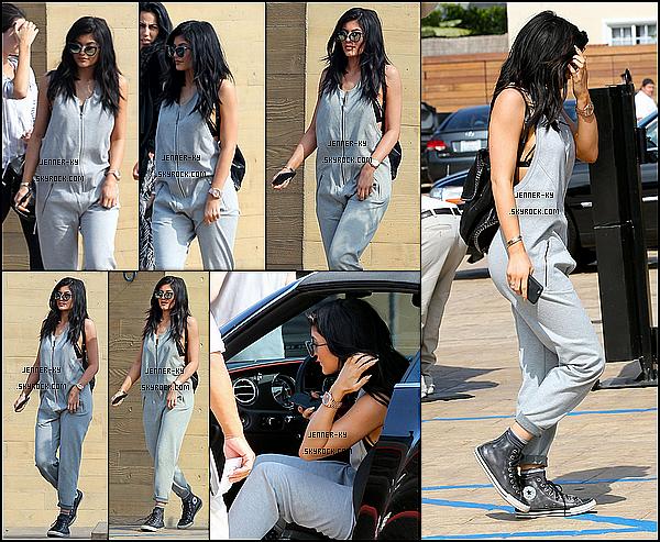 *14/05/15 - Kylie a été vue allant au restaurant Nobu à Malibu . Kylie portait une combinaison grise avec des Converse aux pied. J'aime beaucoup ses lunettes. Des avis ?*
