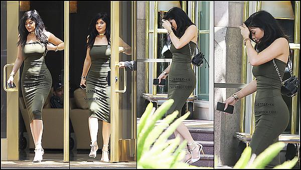 *30/05/15 - Kylie a été vue allant et quittant Pac Sun avec Kendall, puis a la bijouterie XIV Karats à Beverly Hills. La miss était accompagnée de Tyga lorsqu'elle est allée à la bijouterie, on l'as vu également y sortir. J'aime beaucoup les deux tenues qu'elle porte.*