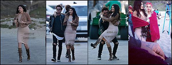 *02/06/15 - Kylie a été vue se promenant dans Los Angeles. C'est en jogging et en Timberland que Kylie s'est baladée dans Los Angeles accompagnée de son chien.*