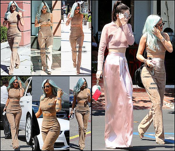*09/07/15 - Kylie était au Bellami Beauty Bar launch dans West Hollywood. WOW! Que dire de plus ! Kylie est resplendissante avec ses cheveux bleus et une très élégante combi blanche ! J'accorde un énorme top !*