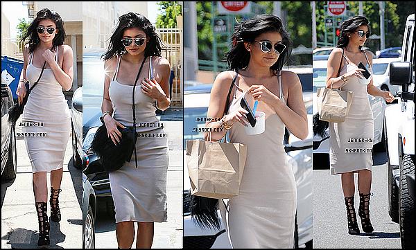 *15/07/15 - Kylie été présente aux ESPYs 2015 à Los Angeles. C'est en compagnie de toutes ses soeurs que Kylie s'est rendue aux ESPYs 2015, vêtue d'une robe étincelante couleur or. Elle était radieuse!*