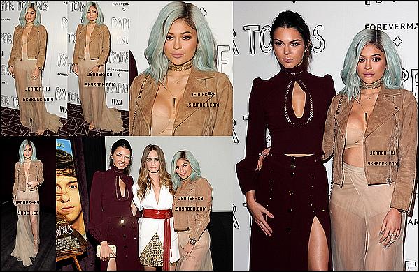 *18/07/15 - Kylie été présente en compagnie de Kendall au Screening of 20th Century Fox's Paper Towns dans West Hollywood. On peut voir que Kylie a de nouveau opté pour ses cheveux bleus ainsi qu'une jupe à voile, d'un soutient gorge et d'un perfecto en daim beige.*