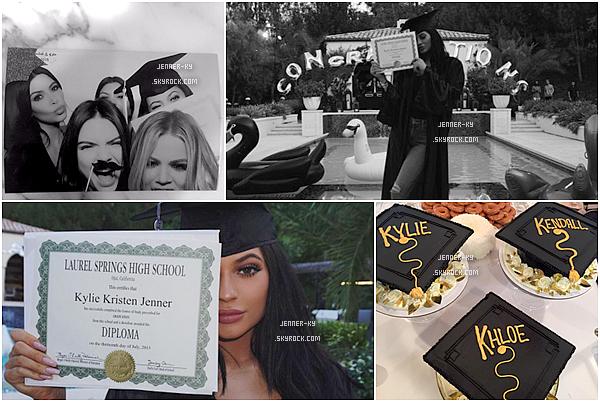 Photoshoot de Kylie et Kendall pour Kendall + Kylie Clothing Line emailUne fois de plus les filles réalisent un photoshoot magnifique ! Les filles ont ouvert leurs propre site internet Kendallandkylie.com.