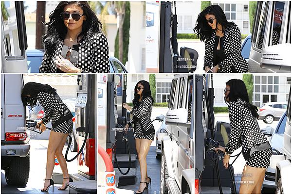 """*26/07/15 - Les familles Kardashian/Jenner ont fêter l'anniversaire de leurs grand-mère MJ à Hollywood. Kylie est donc allée au cinéma """"Pantages"""", ensuite au Ivy Restaurant, puis a quitter Hollywood pour mettre de l'essence à Studio City.*"""
