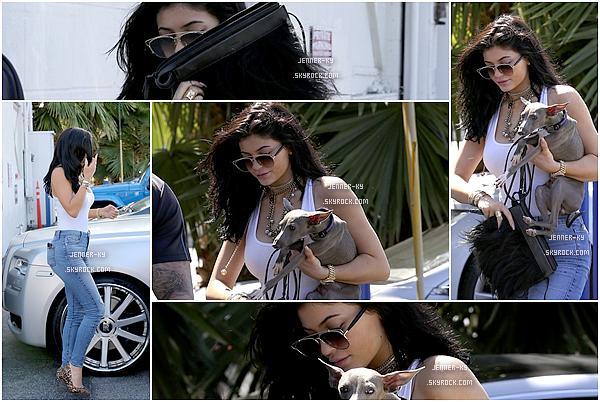 *27/07/15 - Kylie a été vue arrivant et quittant un studio dans Van Nuys. Kylie portait donc une tenue simple mais élégante à la fois. De plus, elle ressort maquillée. Kylie nous réserve t-elle un nouveau photoshoot? *