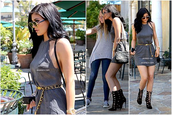 *31/07/15 - Kylie a été vue allant manger au Sugarfish sushi dans Calabasas. La tenue de Kylie est pour le coup plutôt simple sur ce candid mais j'avoue que je trouve ça mignon. J'aime beaucoup la ceinture.*