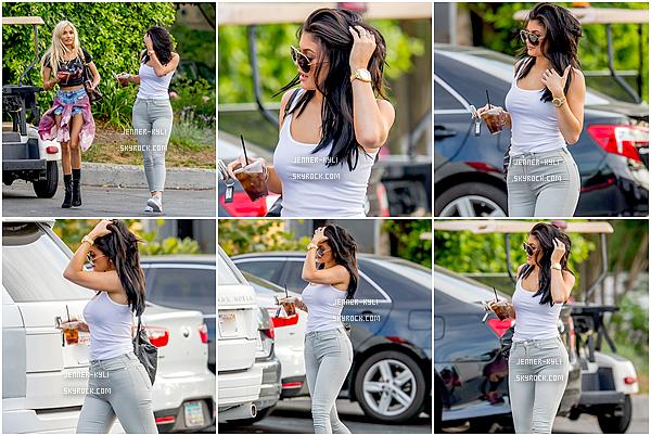 *03/08/15 - Kylie, accompagnée de sa BFF Pia Mia, ont été vues dans Calabasas. C'est vêtue d'une tenue toute simple que Kylie s'est promenée dans Calabasas hier avec Pia Mia. Je la trouve splendide !*