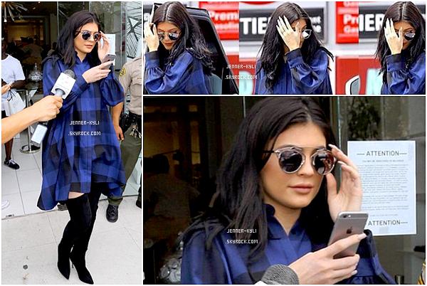*06/08/15 - Kylie, accompagnée de sa maman Kris, ont été vues se rendant au Dash à Los Angeles. Kylie, vêtue d'un chemise à carreaux et de cuissardes a été vue avec sa maman se rendant au dédicasses du selfish book de Kim.*