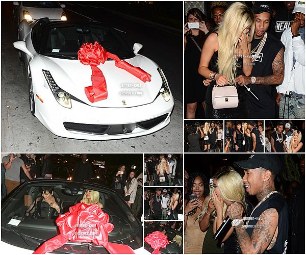 *09/08/15 - Kylie s'est rendue au Nice Guy Restaurant pour fêter son anniversaire dans West Hollywood. C'est donc blonde et comme une vrai princesse que Kylie a été vue arrivant et quittant l'établissement. Gros top!*