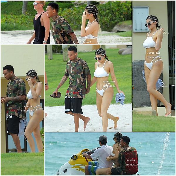 *12/08/15 - Kylie se baladait avec ses amis et son chéri sur la plage de Puerto Vallarta au Mexique. C'est donc officiel, nos tourtereaux seraient ensemble (même si l'on s'en doutait fortement)! Ils ont été vus se baladant main dans la main.*