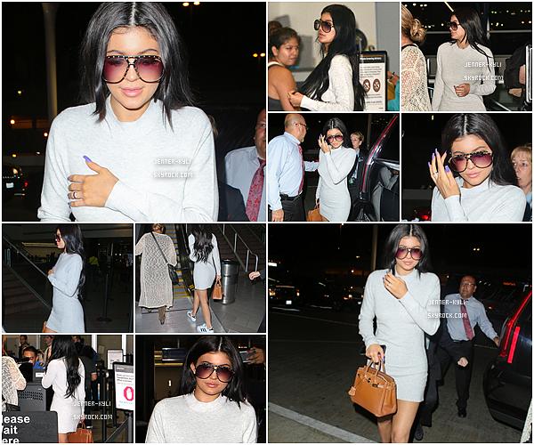 *15/08/15 - Kylie a été vue arrivant à l'aéroport LAX à Los Angeles. Kylie portait une simple robe blanche lorsqu'elle a été vue à l'aéroport LAX pour prendre un vol en direction de Montreal.*