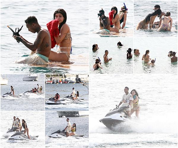 *19/08/15 - Kylie et Tyga ont été vus prennant du bon temps au restaurant, puis sur un yacht à St-Barthélémy. Ils ont d'abord été vus allant au restaurant Do Brazil avec les K-Jenner, puis sur un yacht et enfin faisant du flyboarding aux îles Caraïbes.  *