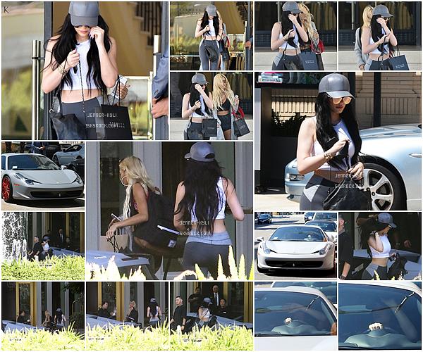 *21/08/15 - Kylie, Mason et Kourtney ont été vus prennant un jet privé pour quitter St-Barthélémy. On peut donc voir sur ce candid que tata Kylie s'occupe bien de son neveu. La tenue de Kylie est simple mais j'adore. *