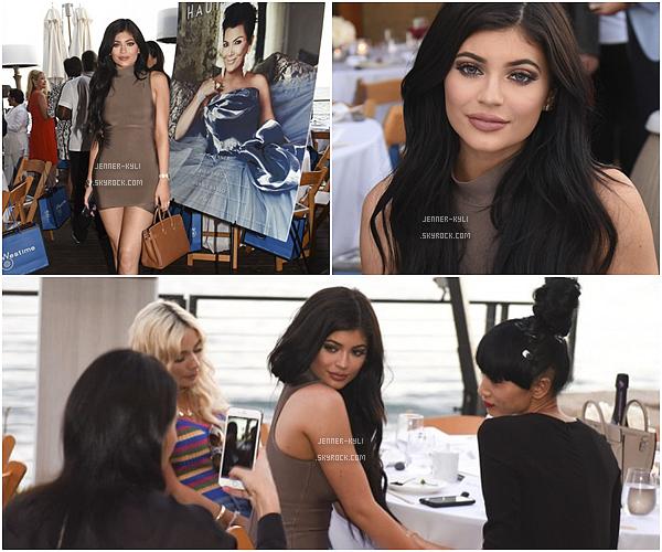 *24/08/15 - Kylie et Pia Mia ont été vues arrivant au restaurant Nobu dans Malibu. Les photos ne sont pas de qualité très bonnes mais on peut voir que Kylie porte une jolie robe marron. Elle est magnifique!*