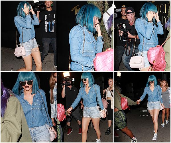 *27/08/15 - Kylie s'est encore rendue au Nice Guy Restaurant dans West Hollywood. Tenue plutôt particulière cette fois-ci, cependant je trouve qu'elle la porte bien, bien que je ne mettrais jamais ça personellement.*