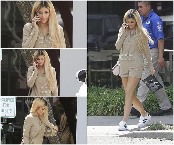 *02/09/15 - Kylie a été vue quittant les Spatz Laboratories dans Oxnard. Kylie est juste splendide en blonde et vêtue de beige. J'adore le côté assez street qu'apporte les chaussures. Beau top!*