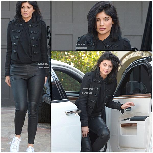 *07/12/15 - Kylie a été vue se baladant dans Calabasas. C'est une Kylie assez simple que nous retrouvons, j'aime plutôt bien la tenue qu'elle porte, et je la trouve magnifique.*