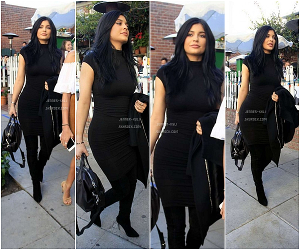 *18/12/15 - Kylie a été vue s'arrêtant au Westfield Topanga dans Canoga Park, puis allant au Yang Chow restaurant toujours dans CP. Une fois de plus notre jolie Kylie se cache mais on peut l'aperçevoir et elle reste sublime. Tenue quand à elle simple mais efficace.*